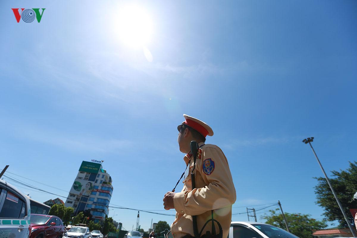 CSGT Hà Nội vất vả điều tiết giao thông giữa nắng nóng như thiêu đốt Ảnh 1