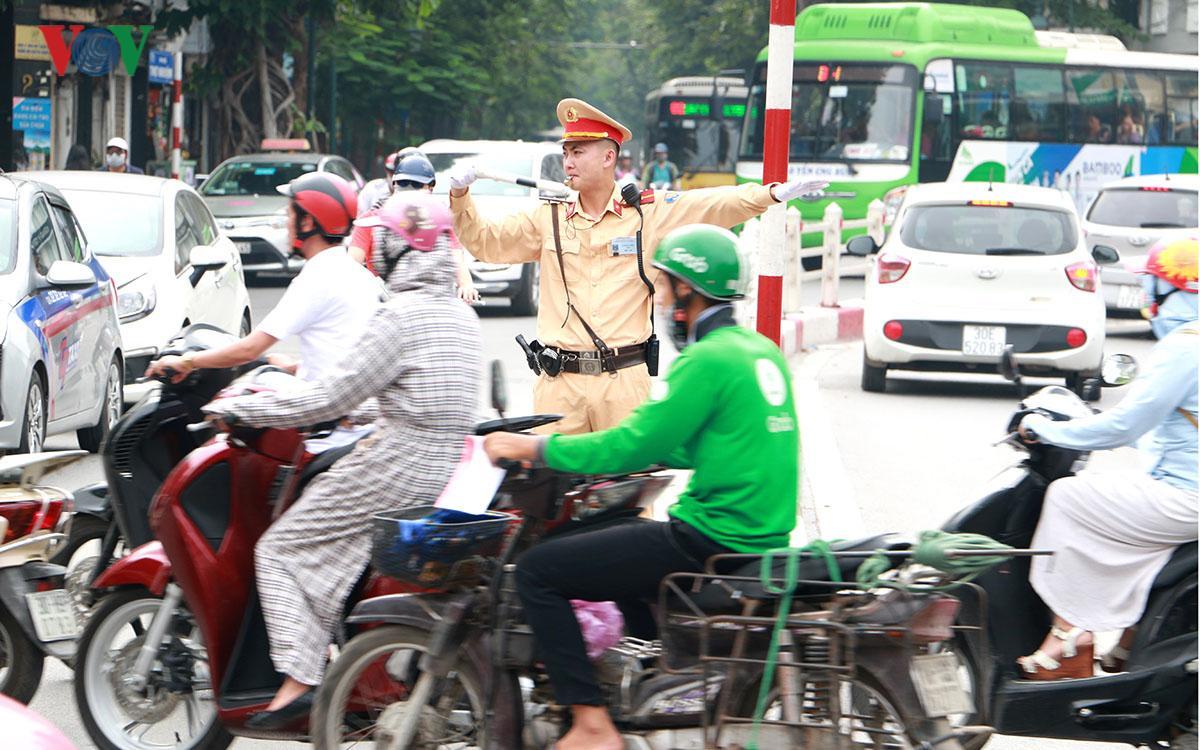 CSGT Hà Nội vất vả điều tiết giao thông giữa nắng nóng như thiêu đốt Ảnh 2