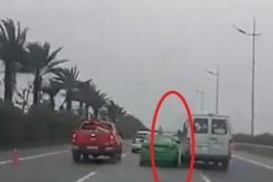 Đề nghị xử lý nghiêm việc 2 xe ôtô chèn ép nhau trên đường Ảnh 1