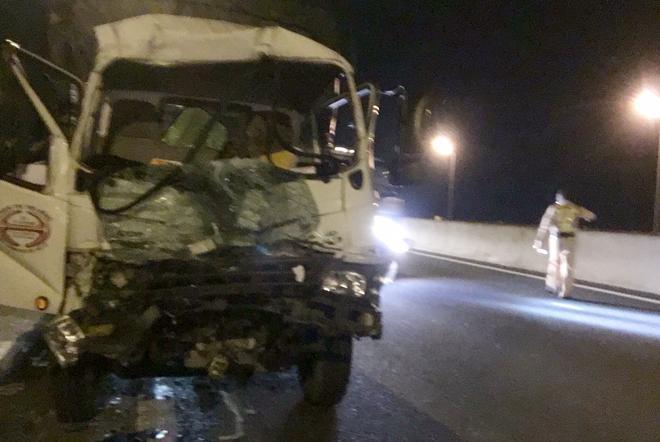 Xe tải tông đuôi xe container trên cao tốc TPHCM – Trung lương, một tài xế nguy kịch Ảnh 1