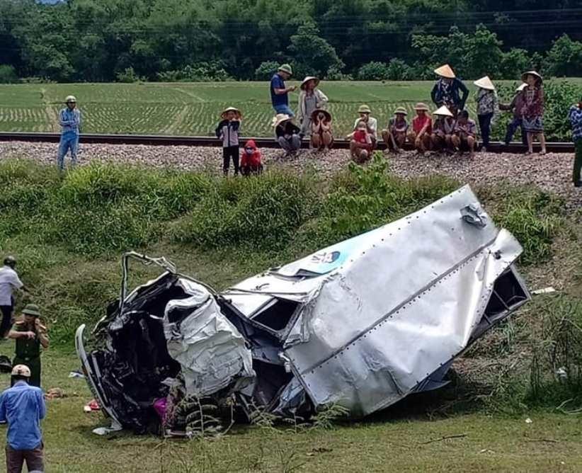 Tàu hỏa tông xe tải nát bét, tài xế nguy kịch Ảnh 1