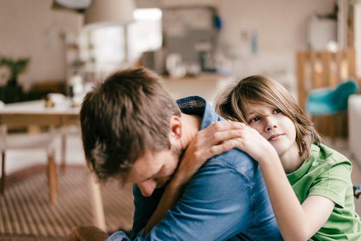Tại sao đôi khi bố mẹ nên khóc trước mặt con cái Ảnh 1