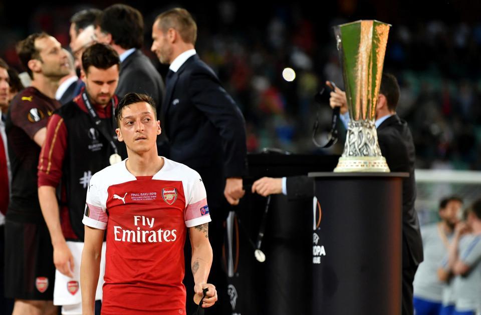 Arsenal bán 'ông kễnh' Ozil, chiêu mộ Hakim Ziyech Ảnh 1