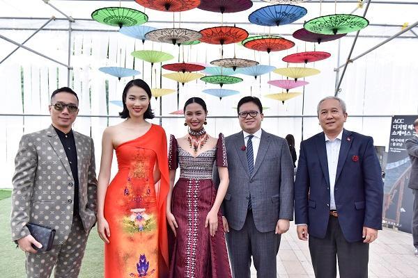 Hoa hậu Nhân ái Thủy Tiên sánh đôi cùng NTK Đỗ Trịnh Hoài Nam tại ASEAN WEEK 2019 Ảnh 5