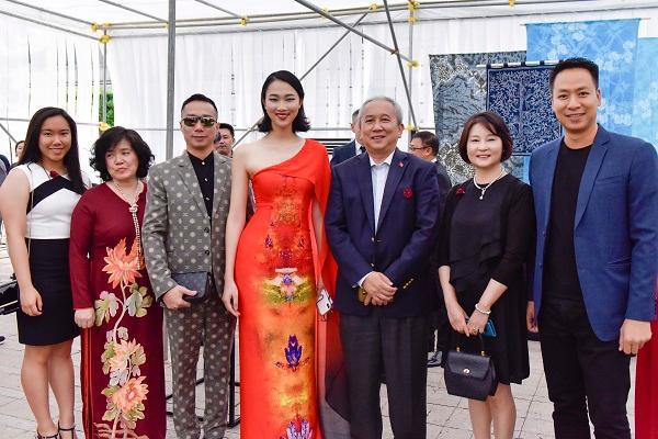 Hoa hậu Nhân ái Thủy Tiên sánh đôi cùng NTK Đỗ Trịnh Hoài Nam tại ASEAN WEEK 2019 Ảnh 4