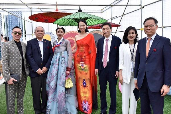 Hoa hậu Nhân ái Thủy Tiên sánh đôi cùng NTK Đỗ Trịnh Hoài Nam tại ASEAN WEEK 2019 Ảnh 2