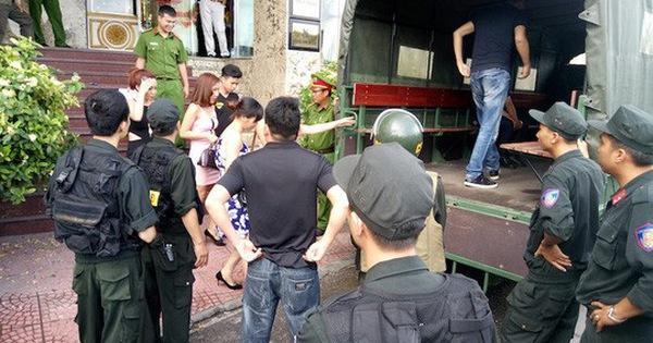 Cảnh sát đột kích quán karaoke, đưa khoảng 80 'dân chơi' đi test ma túy ảnh 1