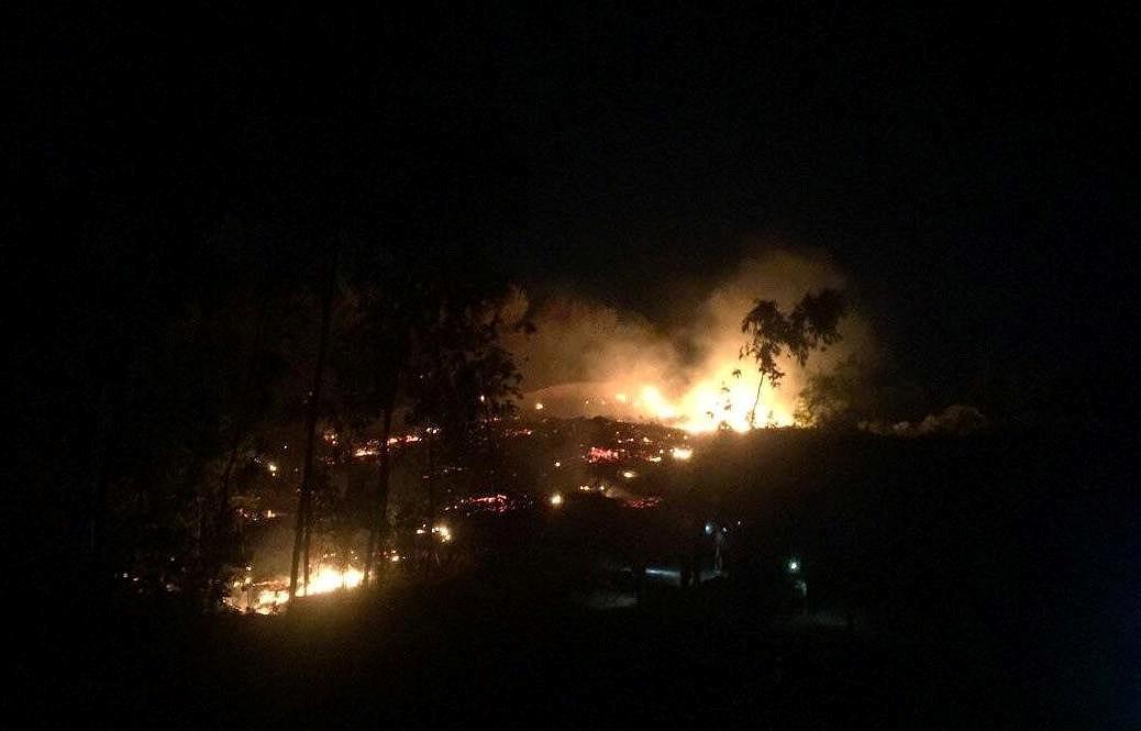 Hà Tĩnh: Cháy rừng thông sát trường dạy nghề, học sinh ào ra dập lửa