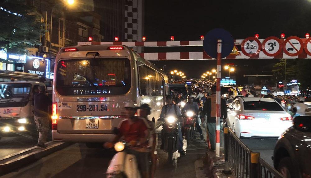 Xe khách 29 chỗ cố leo cầu vượt Thái Hà, mắc kẹt ở thanh chắn Ảnh 1