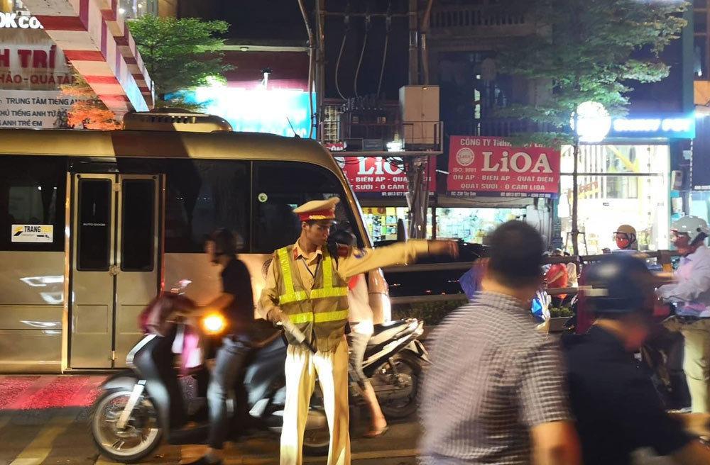 Xe khách 29 chỗ cố leo cầu vượt Thái Hà, mắc kẹt ở thanh chắn Ảnh 4