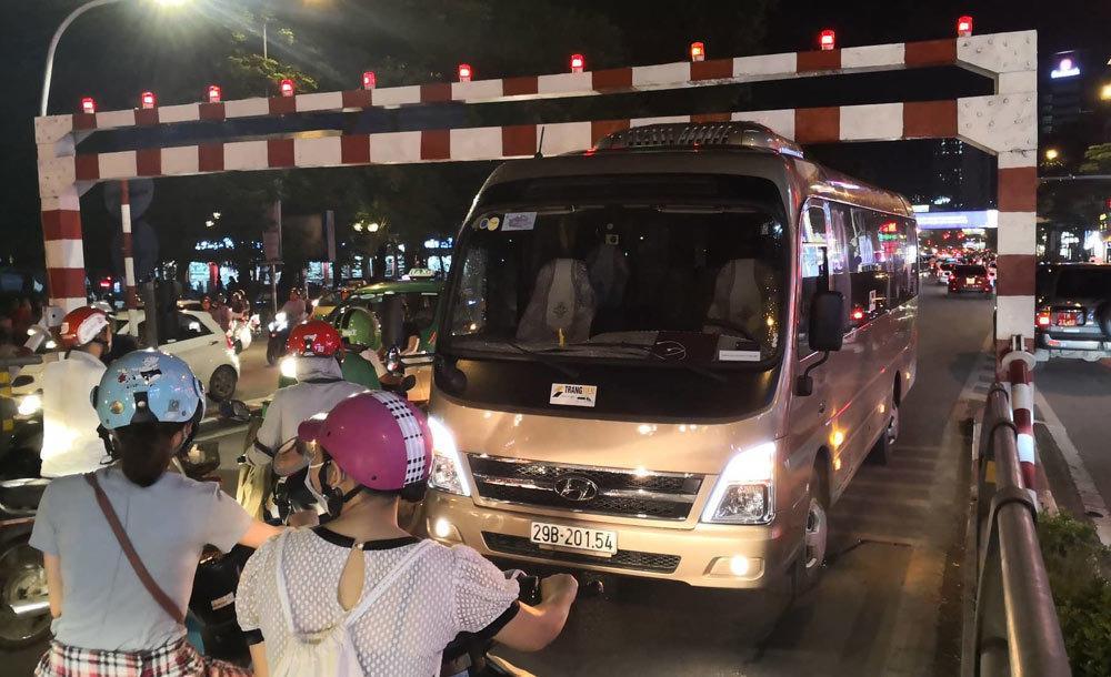 Xe khách 29 chỗ cố leo cầu vượt Thái Hà, mắc kẹt ở thanh chắn Ảnh 3