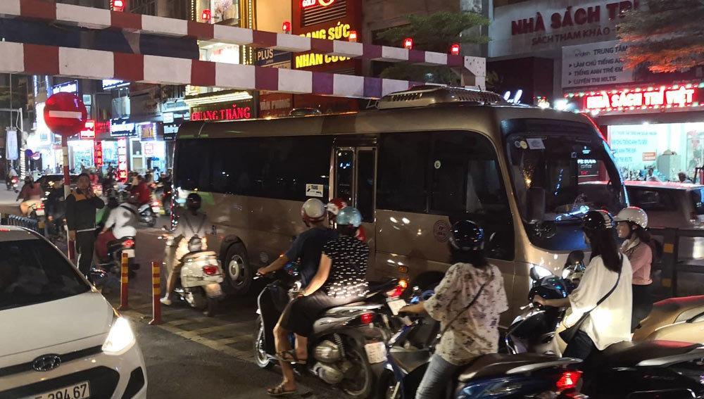 Xe khách 29 chỗ cố leo cầu vượt Thái Hà, mắc kẹt ở thanh chắn Ảnh 2