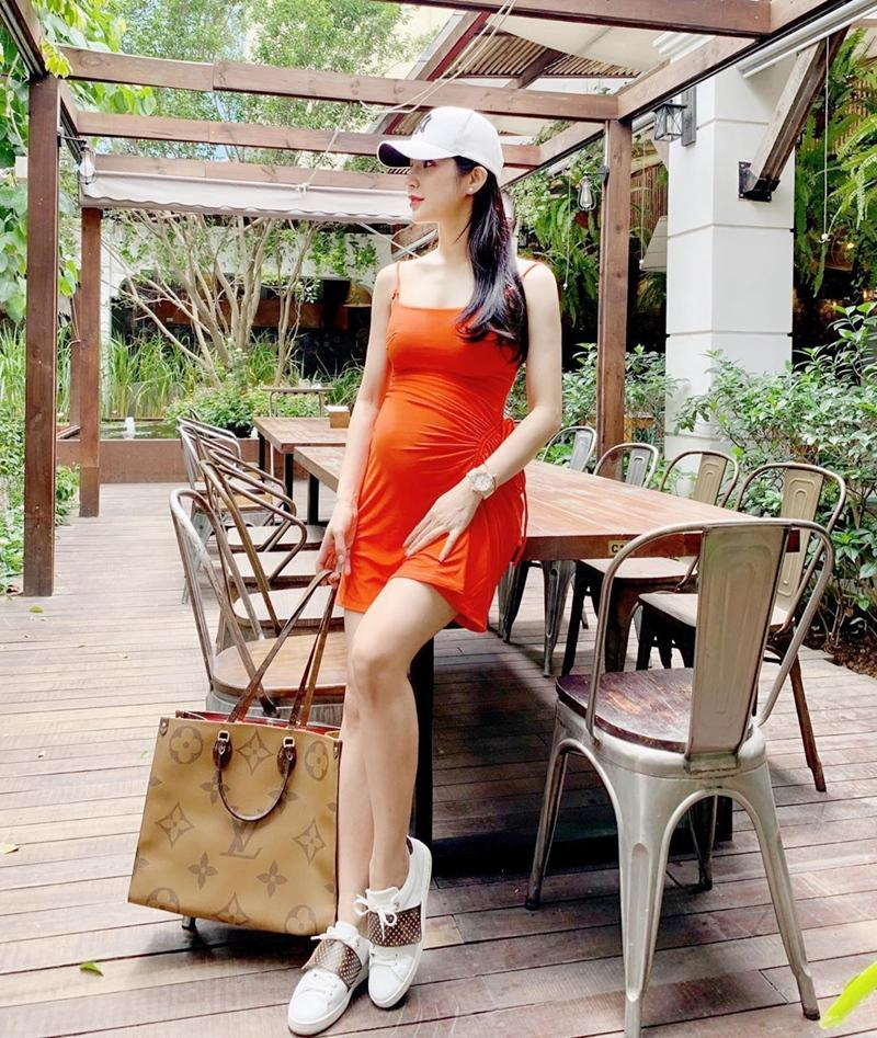 Street style sao Việt tuần qua: Diệp Lâm Anh bầu bí vẫn sexy, Chi Pu, Minh Hằng gợi cảm hết mực Ảnh 1