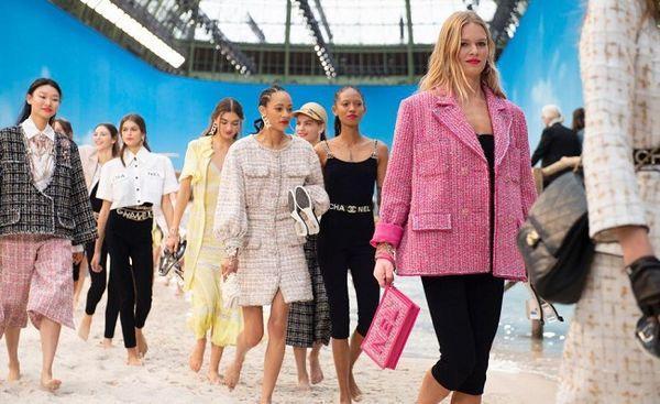 Áo khoác Chanel hồng rực làm cả thiên thần nội y Liu Wen đến fashionista Châu Bùi chao đảo Ảnh 2