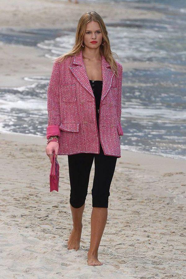 Áo khoác Chanel hồng rực làm cả thiên thần nội y Liu Wen đến fashionista Châu Bùi chao đảo Ảnh 1
