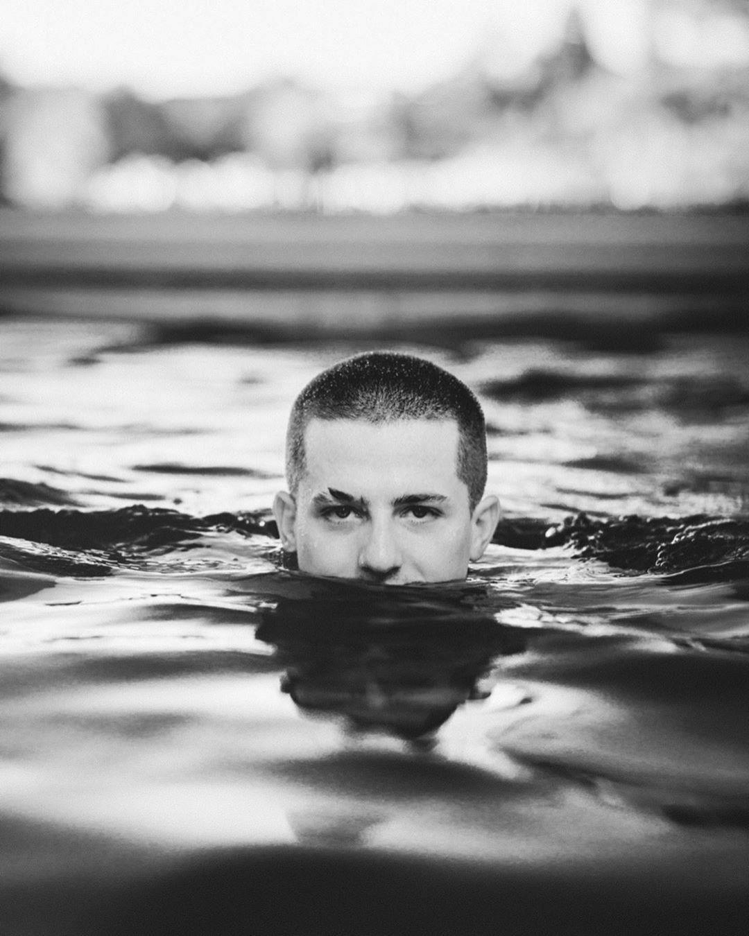 Quái vật 'Đen Loch Ness' và loạt ảnh chế Đen Vâu trong MV mới Ảnh 8