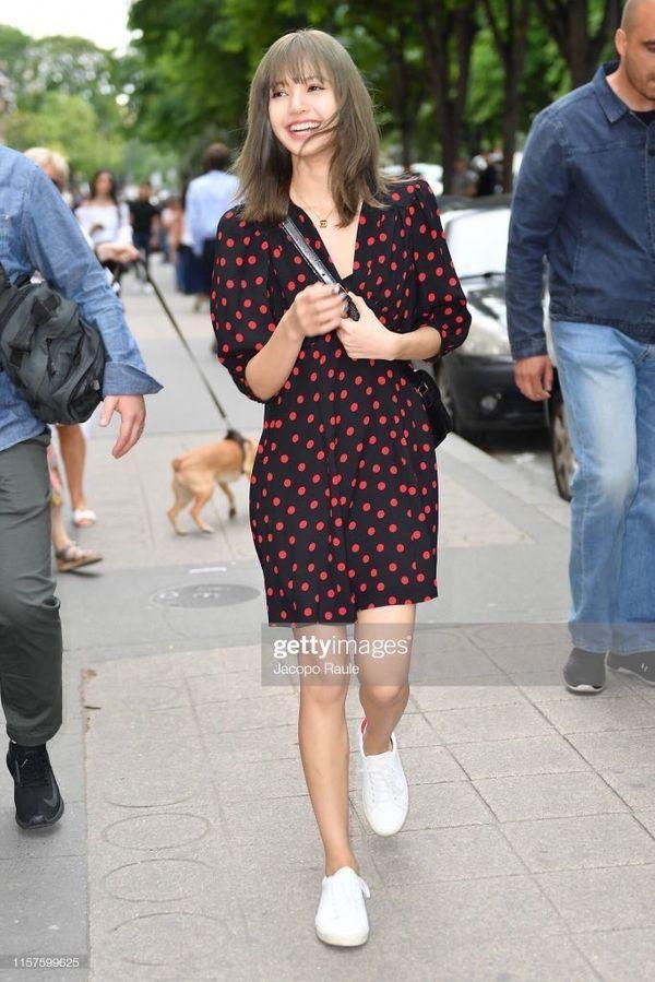 Từ sân bay tới đường phố, Lisa (BlackPink) gây bão với trang phục giản dị nhưng ai dè lại siêu đắt Ảnh 6