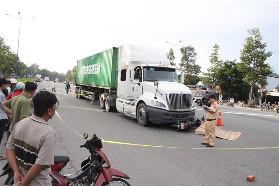 'Chạm' xe container, 1 người đi xe máy tử vong Ảnh 1