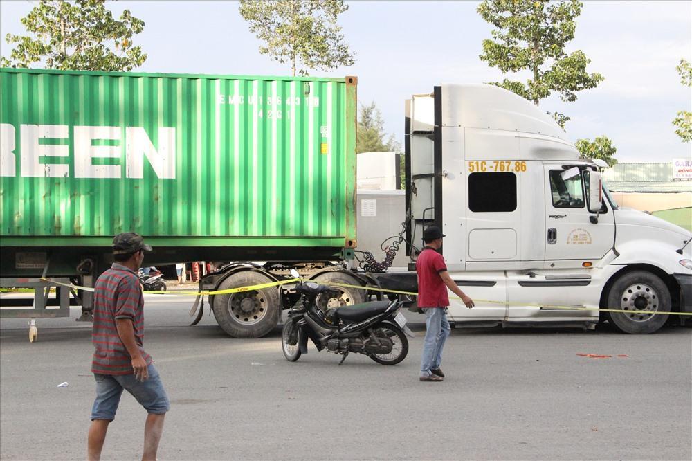 'Chạm' xe container, 1 người đi xe máy tử vong Ảnh 3