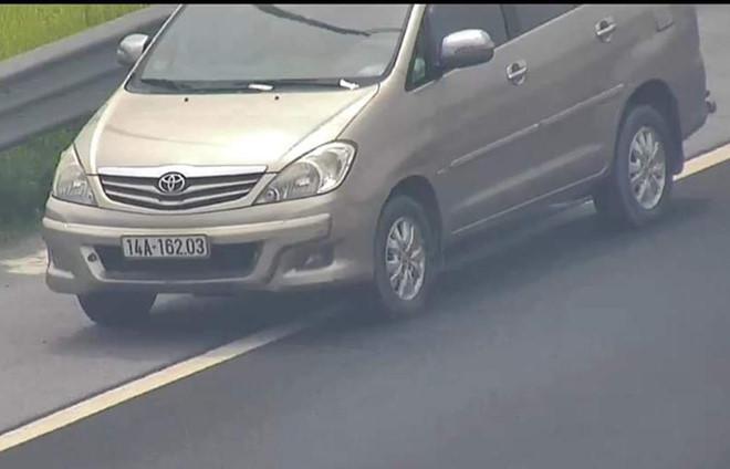 Tước bằng 2 tháng nữ tài xế lái ôtô đi lùi trên cao tốc Ảnh 1