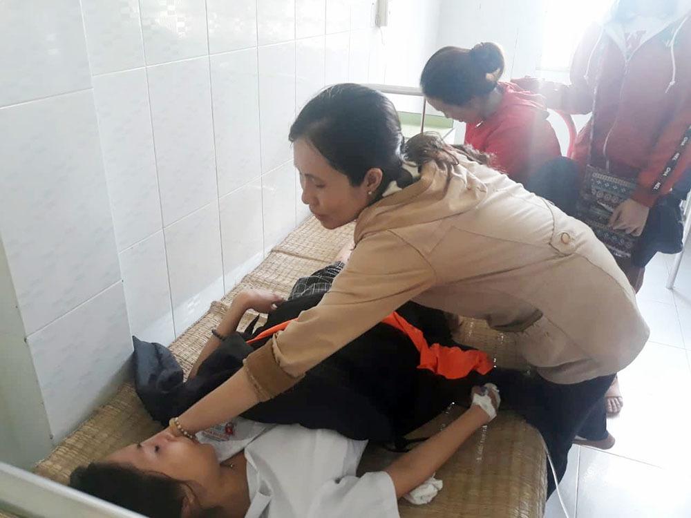 Nữ sinh thi THPT quốc gia bị 2 thanh niên chạy xe máy ngược chiều tông nhập viện Ảnh 1