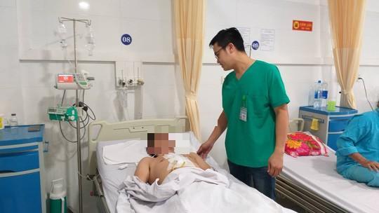 Trượt chân lúc dọn bàn học cho con, cha bị kéo đâm thủng tim Ảnh 1