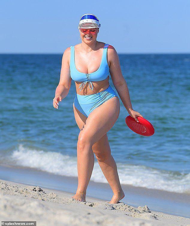 Siêu mẫu ngoại cỡ Iskra Lawrence nảy nở 'mát mắt' với bikini xanh da trời Ảnh 11