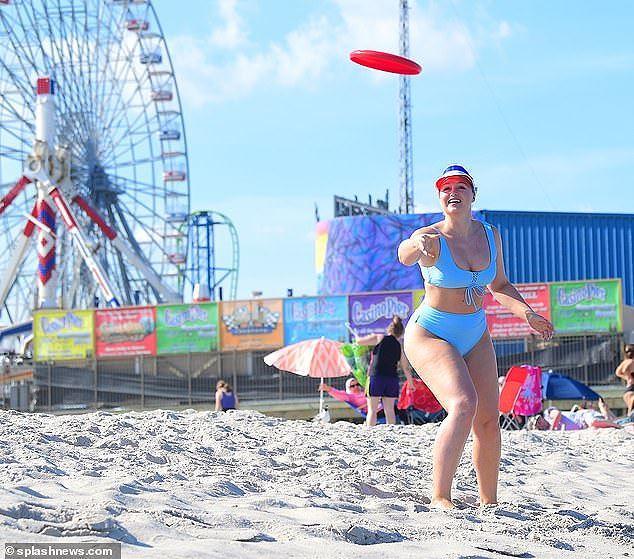 Siêu mẫu ngoại cỡ Iskra Lawrence nảy nở 'mát mắt' với bikini xanh da trời Ảnh 3