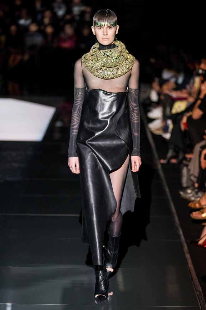 Dàn mẫu diện váy xuyên thấu để ngực trần ở tuần lễ Haute Couture Ảnh 1