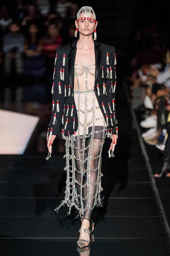Dàn mẫu diện váy xuyên thấu để ngực trần ở tuần lễ Haute Couture Ảnh 2