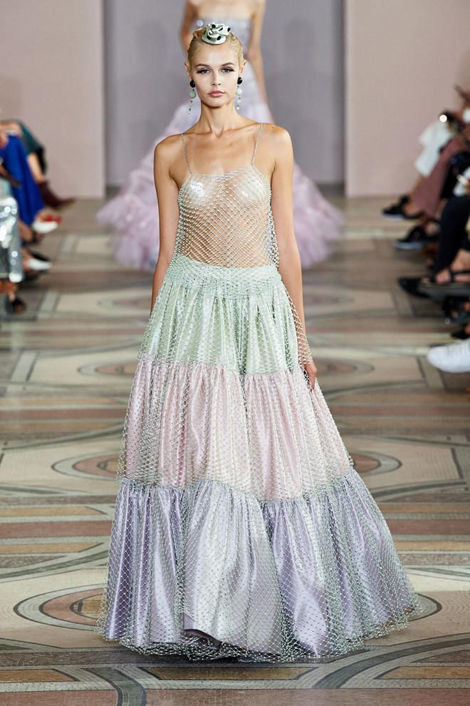 Dàn mẫu diện váy xuyên thấu để ngực trần ở tuần lễ Haute Couture Ảnh 6