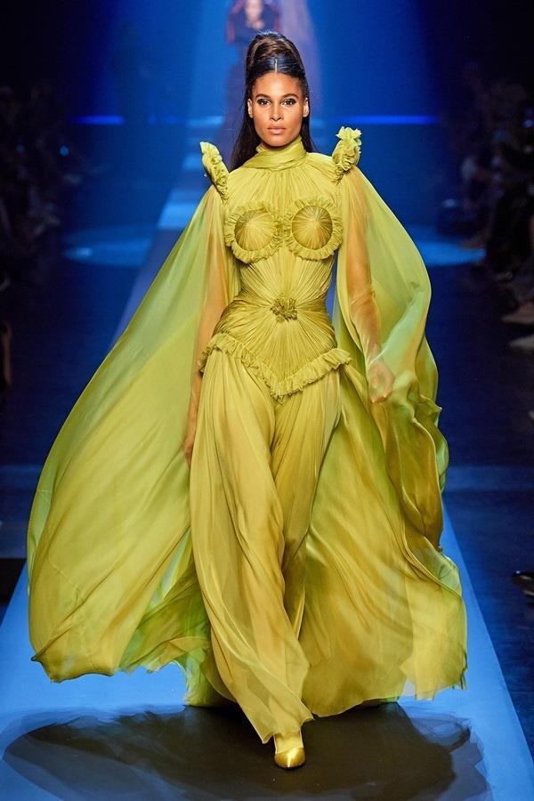 Dàn mẫu diện váy xuyên thấu để ngực trần ở tuần lễ Haute Couture Ảnh 8