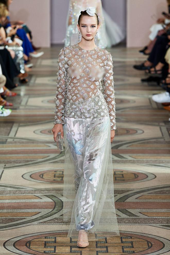 Dàn mẫu diện váy xuyên thấu để ngực trần ở tuần lễ Haute Couture Ảnh 5