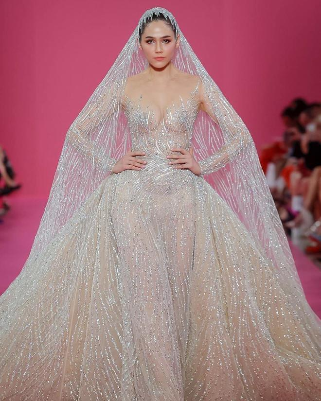 Dàn mẫu diện váy xuyên thấu để ngực trần ở tuần lễ Haute Couture Ảnh 3