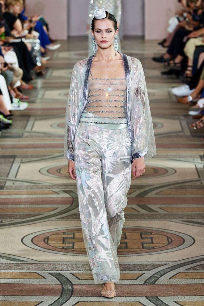 Dàn mẫu diện váy xuyên thấu để ngực trần ở tuần lễ Haute Couture Ảnh 4