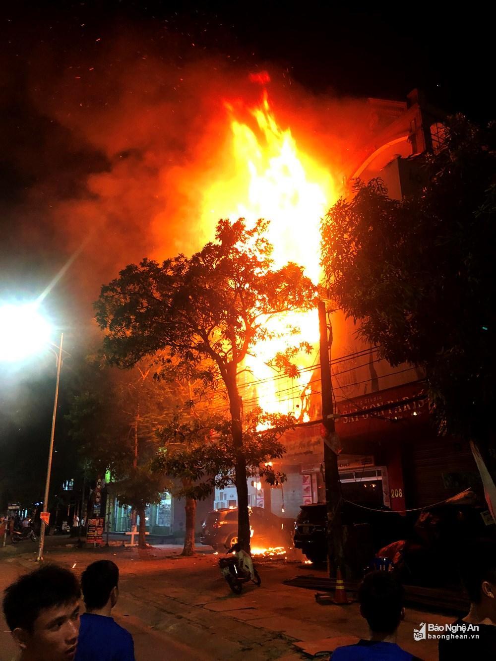 Ngôi nhà tan hoang, đen nhẻm sau vụ cháy tại đường Trần Phú (TP.Vinh) Ảnh 1