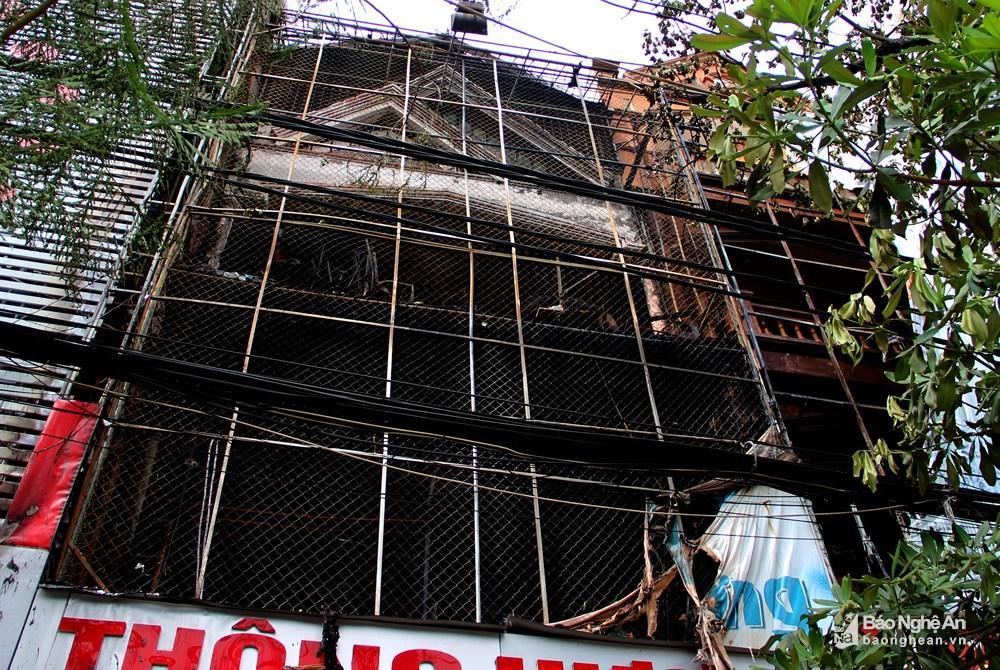 Ngôi nhà tan hoang, đen nhẻm sau vụ cháy tại đường Trần Phú (TP.Vinh) Ảnh 2