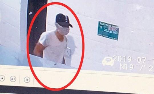 Công bố hình ảnh kẻ bịt mặt, đội mũ đâm chết nữ nhân viên bán xăng trong đêm Ảnh 1