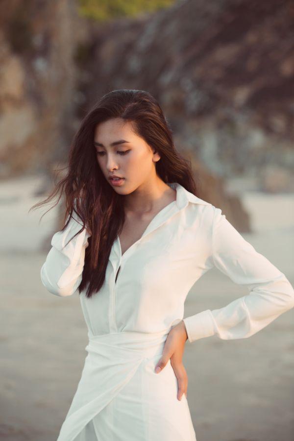 Diện đầm trắng thanh khiết, hoa hậu Tiểu Vy dạo biển cùng trai lạ hút bao ánh mắt tò mò Ảnh 9