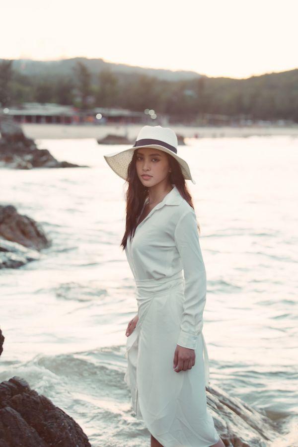 Diện đầm trắng thanh khiết, hoa hậu Tiểu Vy dạo biển cùng trai lạ hút bao ánh mắt tò mò Ảnh 6