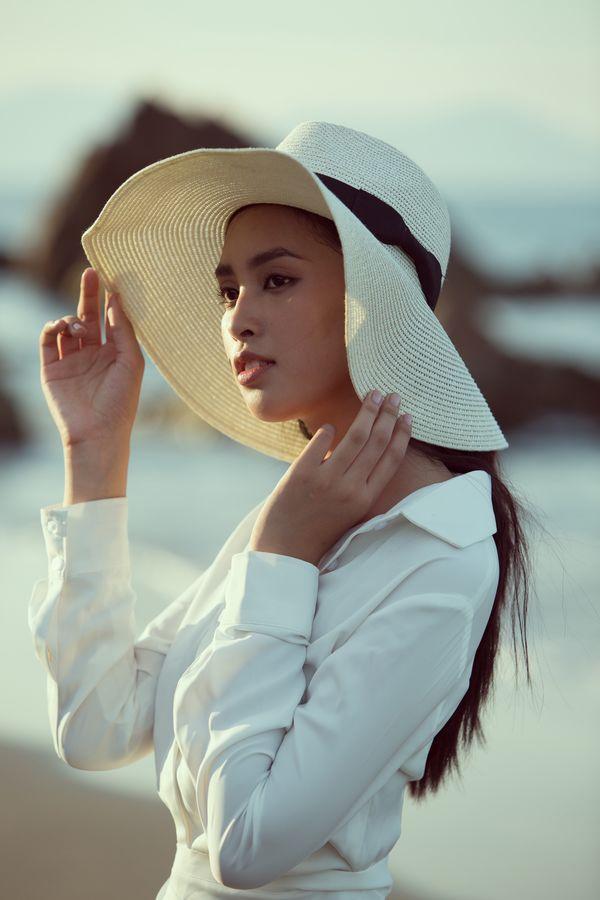 Diện đầm trắng thanh khiết, hoa hậu Tiểu Vy dạo biển cùng trai lạ hút bao ánh mắt tò mò Ảnh 5