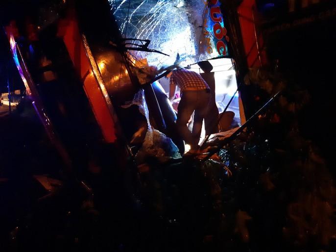 Xe khách lật trong đêm, hàng chục người thương vong Ảnh 5