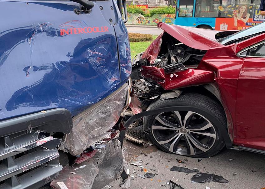 Xế hộp Lexus nát đầu, bung túi khí khi tông trực diện xe bồn chở nước Ảnh 4
