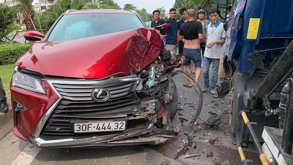 Xế hộp Lexus nát đầu, bung túi khí khi tông trực diện xe bồn chở nước Ảnh 1