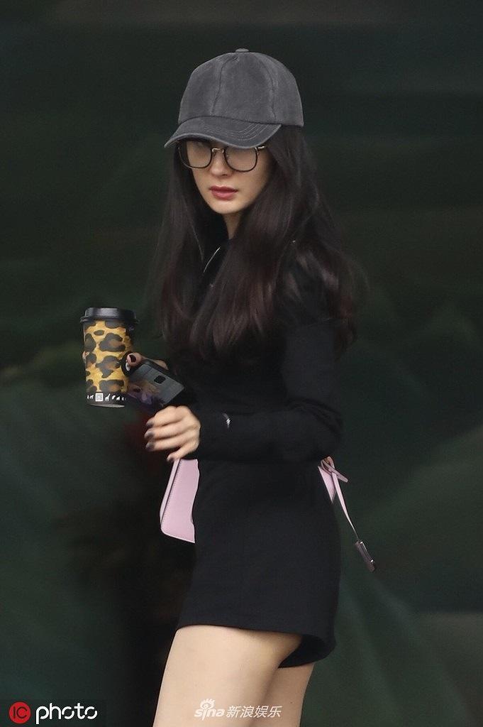 Dương Mịch mặc đồ siêu ngắn 'hớ hênh' vòng ba sau lùm xùm bỏ bê con gái Ảnh 1