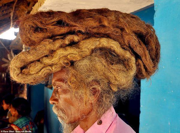 Dị nhân với mái tóc 1m8 không cắt, không gội suốt 40 năm vì tin đó là 'phước lành' Ảnh 1