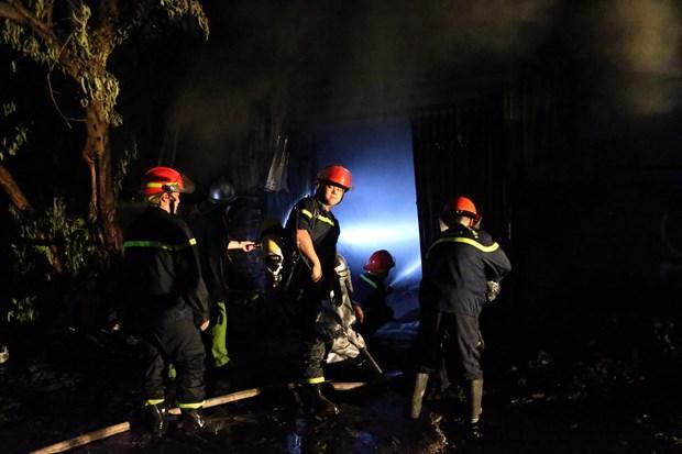 Hà Nội: Cháy lớn tại xưởng nhựa, khói đen bốc cao hàng chục mét Ảnh 2