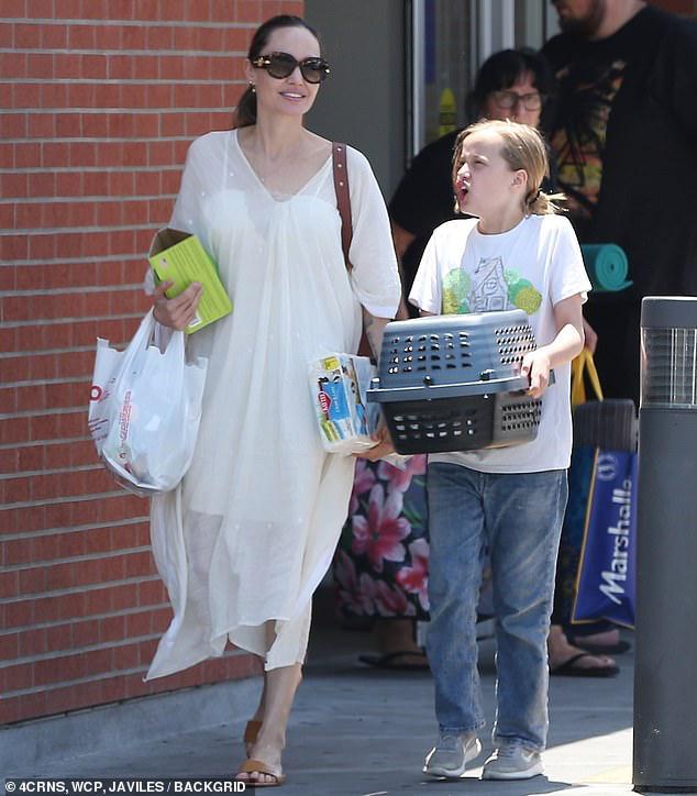 Angelina Jolie diện đầm trắng gợi cảm, vui vẻ ra phố cùng con gái yêu Ảnh 4