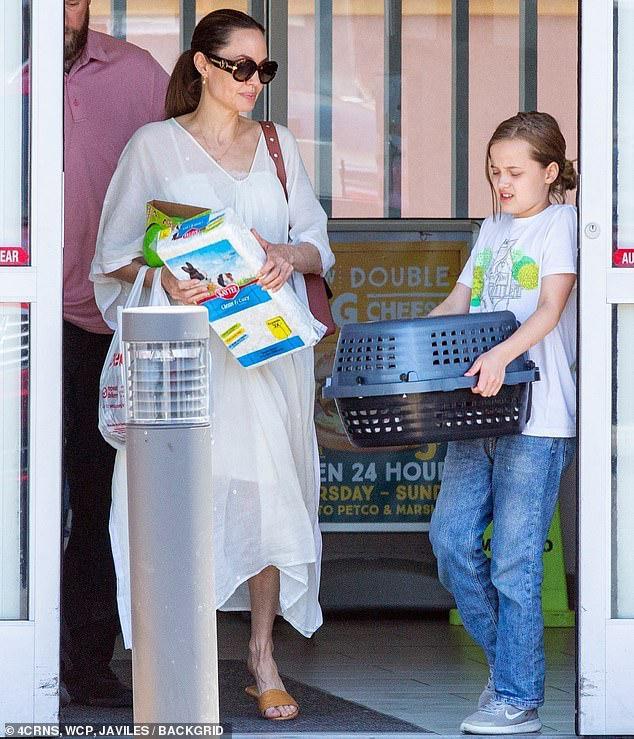 Angelina Jolie diện đầm trắng gợi cảm, vui vẻ ra phố cùng con gái yêu Ảnh 2