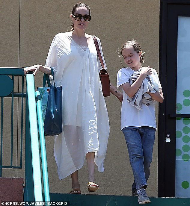 Angelina Jolie diện đầm trắng gợi cảm, vui vẻ ra phố cùng con gái yêu Ảnh 8